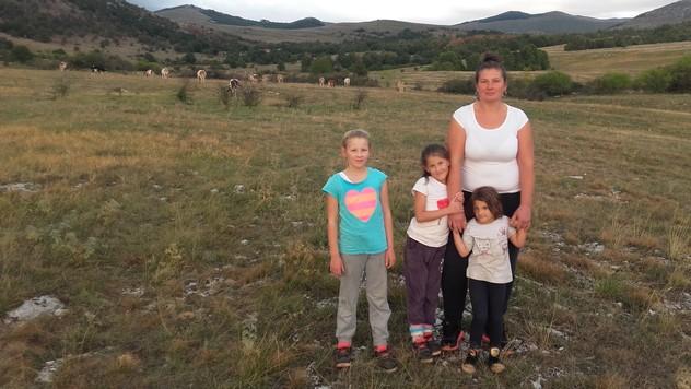 Milena Plećaš sa decom © Miroslav Mašić