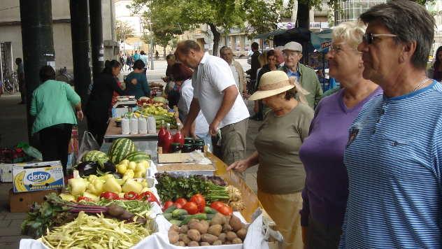 Kupci na Sajmu organske hrane u Šapcu