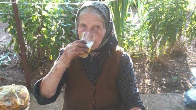 Baka Stevana pije pivce za dobro zdravlje - © Foto: Gordana Simonović Veljković