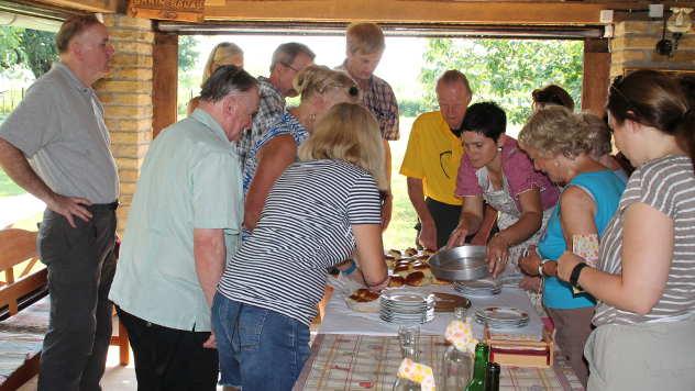 Nataša servira gostima specijalitete  - © Foto: Ljiljana Pavlović