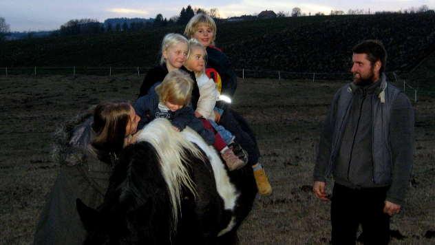 Porodica Gajić-Šonenberger na ergeli - © Foto: Biljana Nenković