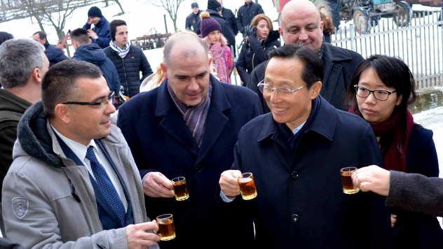 Kineski i srpski ministri poljoprivrede nazdravljaju rakijom - © Foto: Biljana Nenković