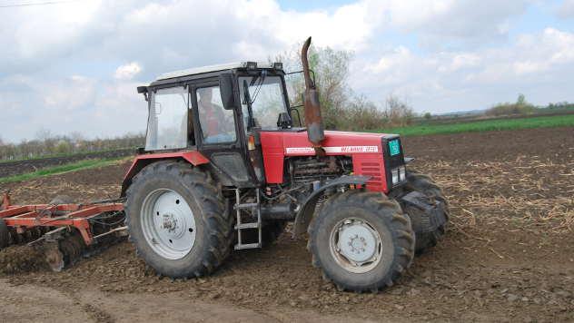 Traktor u njivi - ©Agromedia