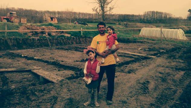 Srećko Ranković sa ćerkama na zemljištu na kojem podiže plastenik - © Foto: Julijana Minović