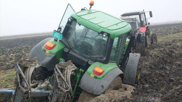Traktori u blatu  - © Foto: Ljubomir Tamaš