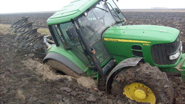 Traktor u blatu  - © Foto: Ljubomir Tamaš
