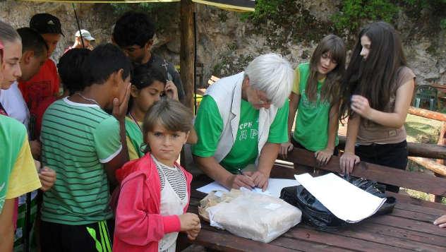 Milinka Nikolić okružena decom © foto: Gordana Simonović