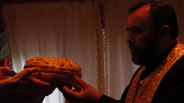 Sveštenik blagosilja slavski kolač - foto: Miloš Topi Miladinović