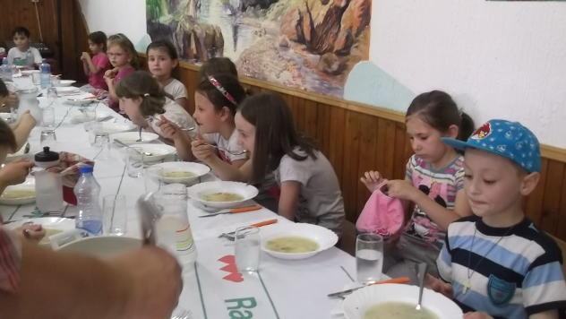 Deca iz vrtića na doručku kod članice udruženja Temštanka - © Foto: Gordana Simonović Veljković