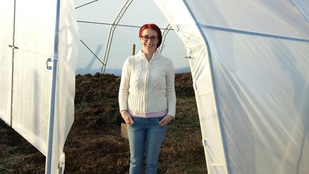 Katarina Mitrić ispred plastenika - © Dejan Davidović/Agromedia
