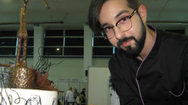 Mladi dizajner Saša Aleksić pored torte posvećene Đakometiju - © Foto: Biljana Nenković