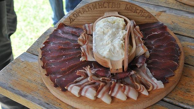 Prsuta i slanina na Sajmu seoskog turizma u Rudnu