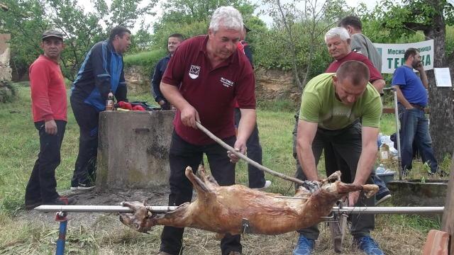 """Završena druga """"Jagnjijada"""" u Krupcu - saznali smo kako se najbolje peče jagnje na ražnju!"""