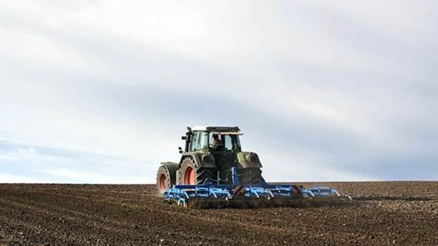 Veliko interesovanje: Poljoprivrednici čekaju u redu za subvencije