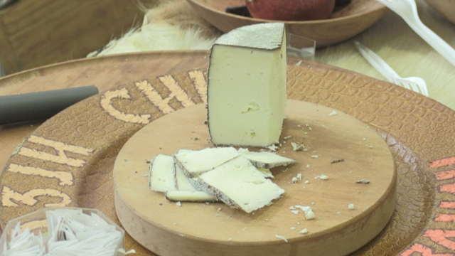 Veoma neobičan, a kvalitetan - Kozji sir sa hrastovom korom