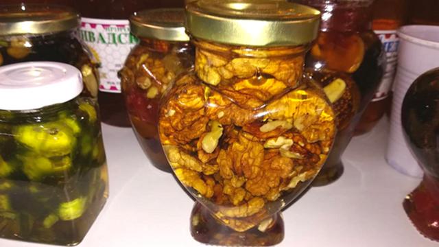 Poslastica i lek - voće u medu