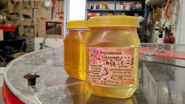 Zašto je za mladog pčelara 100 košnica najbolji broj?