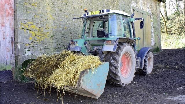 Istražujemo: Koji traktorski utovarivač je najbolji izbor za stočnu farmu?