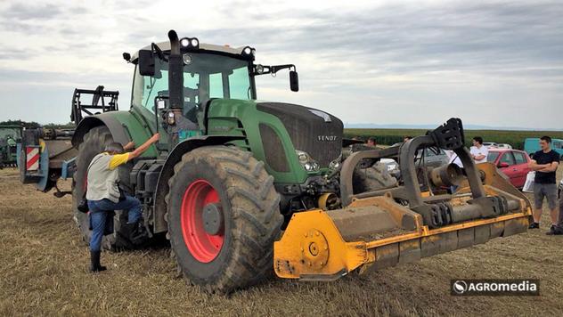 Traktor na polju © AGROmedia